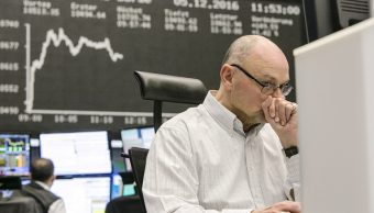Corredor de la Bolsa de Frankfurt monitorea el Dax