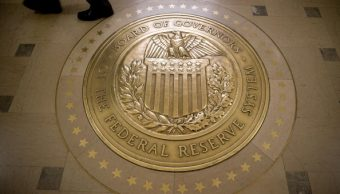 El escudo de la Reserva Federal afuera de la sala de juntas en Washington, DC (Getty Images)