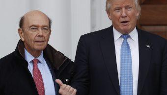 Donald Trump, presidente de Estados Unidos, junto al secretario de Comercio, Wilbur Ross (AP)