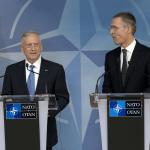 James Mattis, secretario de Defensa de Estados Unidos, y Jens Stoltenberg, secretario general de la OTAN. (AP)
