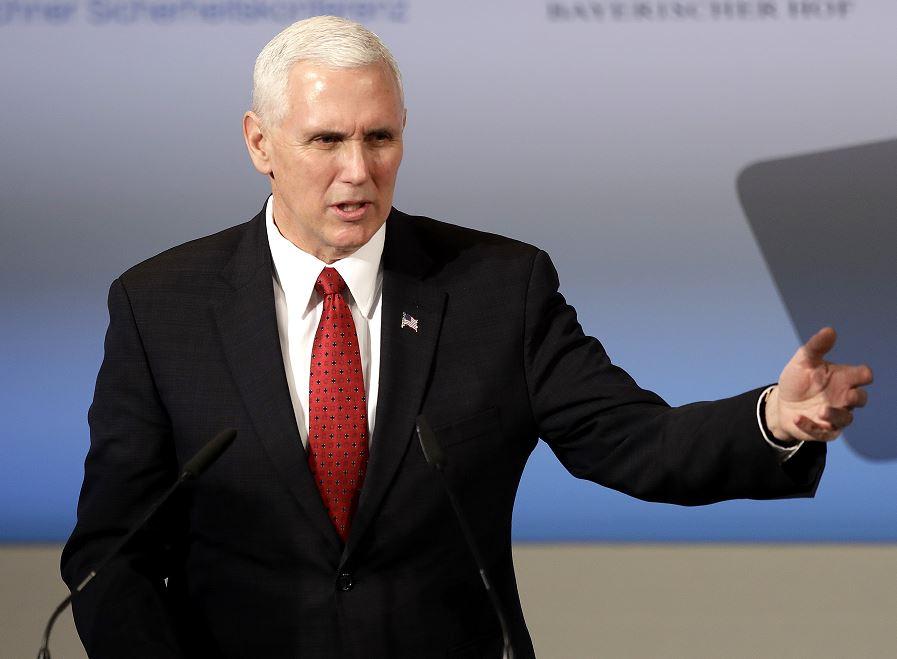 """Pence también aseguró a sus aliados europeos que Washington """"apoya con firmeza"""" la OTAN. (AP)"""