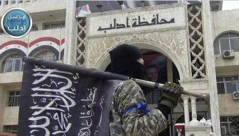 Militante de Al Qaeda sostienen la bandera del grupo en la ciudad de Idlib, Siria, (AP, archivo)