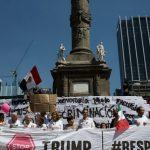 Los asistentes a la marcha contra Trump cantaron el Himno Nacional en el Ángel de la Independencia (Getty Images)