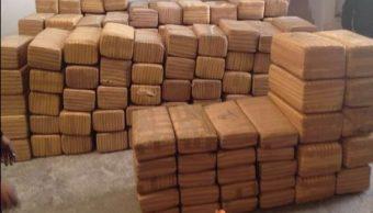 La Policía Federal asegura más de mil 700 kg de marihuana ocultos en doble fondo de camión. (Twitter@PoliciaFedMx)