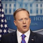 Sean Spicer, portavoz de la Casa Blanca, habla de la salida de Michael Flynn, asesor de seguridad nacional de EU. (AP)