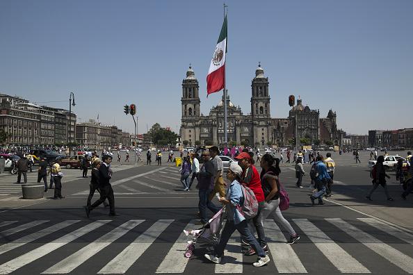 Peatones pasean por el Zócalo CDMX