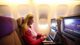 Una pasajera usa una computadora durante un vuelo. (Getty Images, archivo)