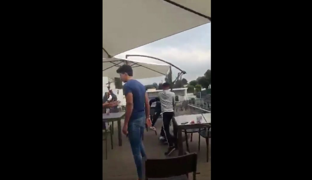 Los agresores golpean a dos jóvenes sin alguna razón aparente (Noticieros Televisa)