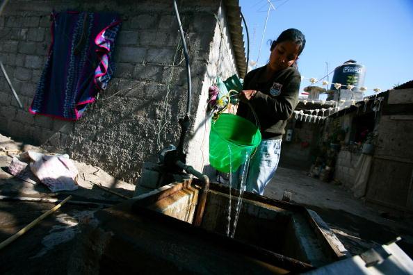 Niña rellena cisterna con agua potable en Puebla; al menos 40 colonias en la entidad se quedan sin agua por mantenimiento en el sistema de suministro (Getty Images, archivo)