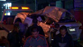 Servicios de emergencias retiran vehículo accidentado; dos personas mueren prensadas por el accidente (Noticieros Televisa)