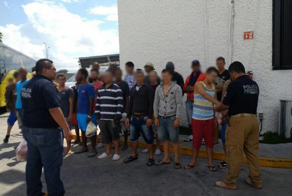 Elementos de la Policía Federal rescataron a 31 cubanos indocumentados en Benito Juárez, Quintana Roo.