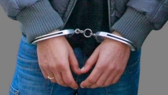 Un hombre es detenido y esposado. (Archivo)