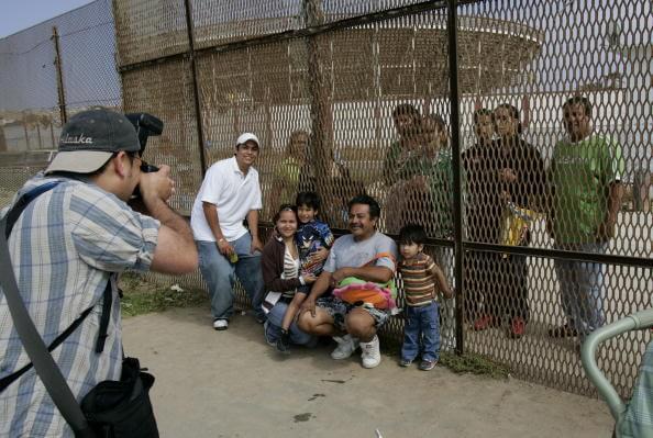 Toman una fotografía en las inmediaciones de la Garita de San Ysidro. (Getty images, archivo)