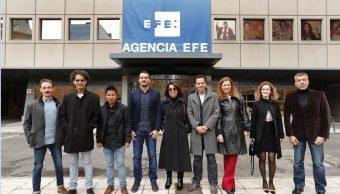 Los galardonados con los XXXIV Premios Internacionales de Periodismo Rey de España posan en la entrada de la sede central de la Agencia EFE, en Madrid. (EFE)