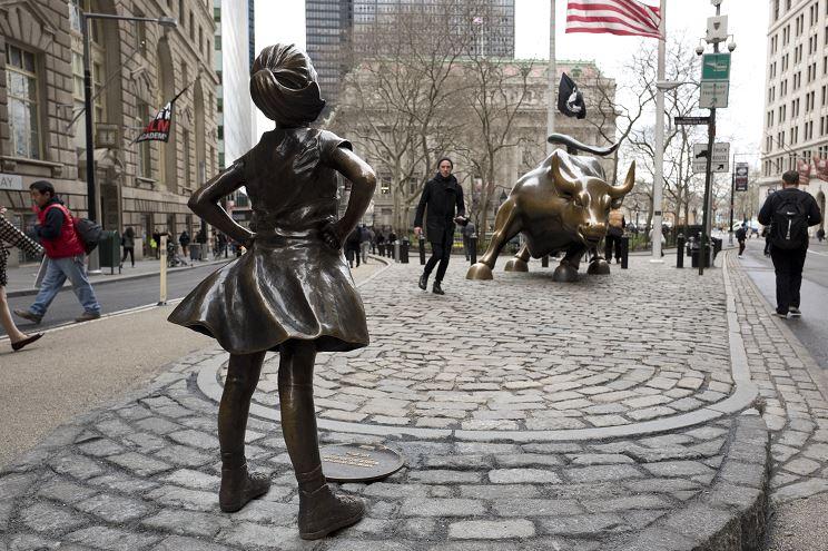 El emblemático toro de Wall Street es desafiado por una niña, la cual les recuerda a los inversores la necesidad de aumentar el número de mujeres en sus empresas. (AP)