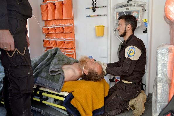 Un hombre recibe tratamiento en un hospital después del ataque tóxico en Jan Shijún. (Getty Images)
