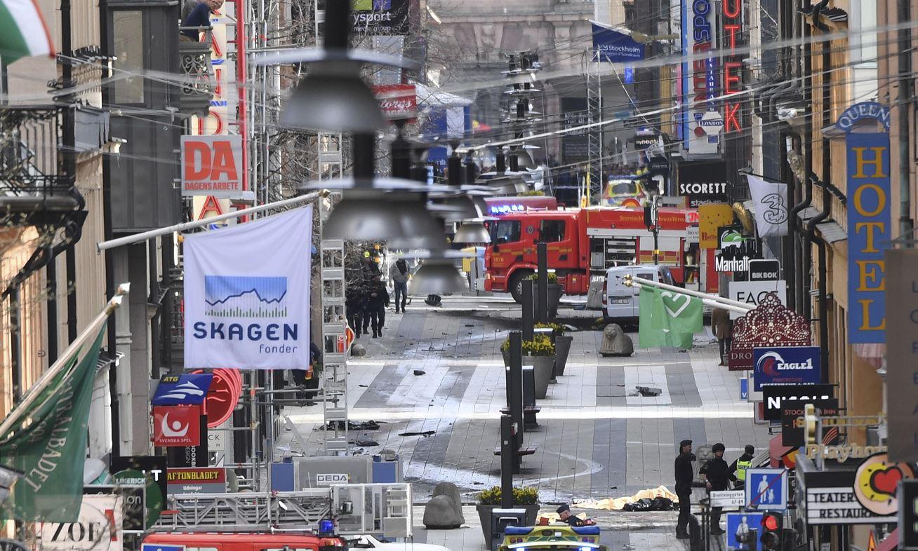 Policías y bomberos son desplegados tras el atentado en una zona comercial de Estocolmo, Suecia (AP)