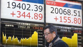Un peatón pasa frente al tablero electrónico de la Bolsa de Tokio. (Getty Images)