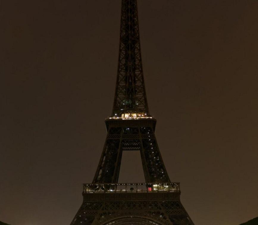 Torre eiffel apaga sus luces en se al de luto por las for Quien hizo la torre eiffel