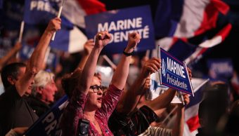 Jóvenes apoyan a Marine Le Pen en un acto de campaña. (Getty Images)