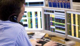 Un corredor de Bolsa negocia por teléfono