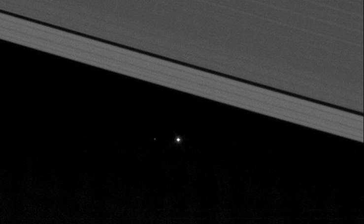 Imagen de la nave espacial Cassini de la NASA muestra al planeta Tierra como un punto de luz entre los anillos helados de Saturno. (Foto: NASA)