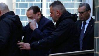 El ex primer ministro Silvio Berlusconi tapado. (@gsheditor)
