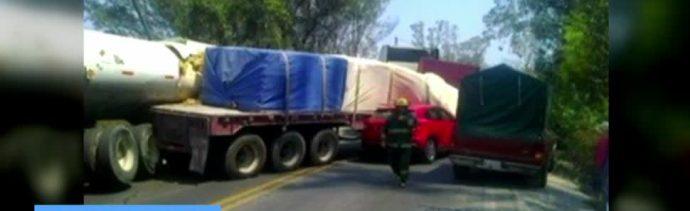 auto compacto, tráiler de carga, carretera Puebla-Atlixco, heridas