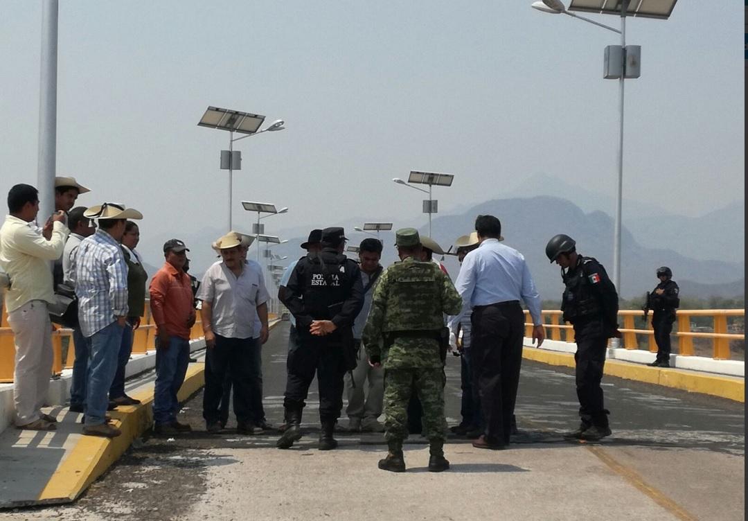 Integrantes del Movimiento por la Paz bloquearon el puente principal de Totolapan. (Twitter @SSPGro)