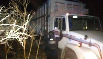 Camion abandonado cargado con miles de litros de combustible ilicito