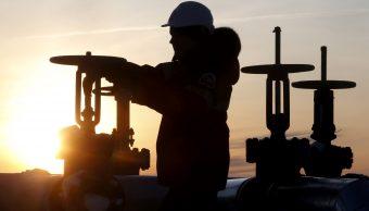Trabajador revisa valvula de oleoducto en Rusia