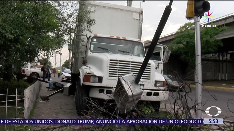 noticias, televisa, Camión, choca, cuatro casetas telefónicas, Guadalajara