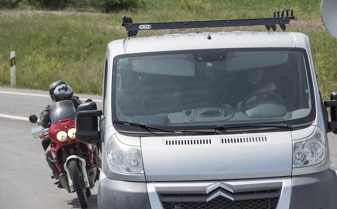 """""""La Tigresa"""" no se ha dejado ver en el momento de abandonar la cárcel ya que varios vehículos formaron un convoy (EFE)"""