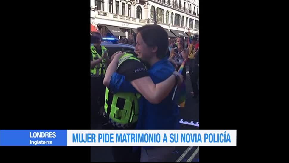 Mujer, Pide Matrimonio, A Su Novia Policía, Londres