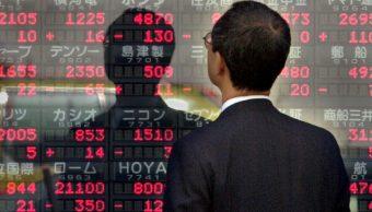 Ejecutivo revisa índices de la Bolsa de Tokio