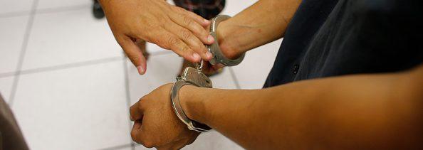 Una persona es detenida por cometer un delito
