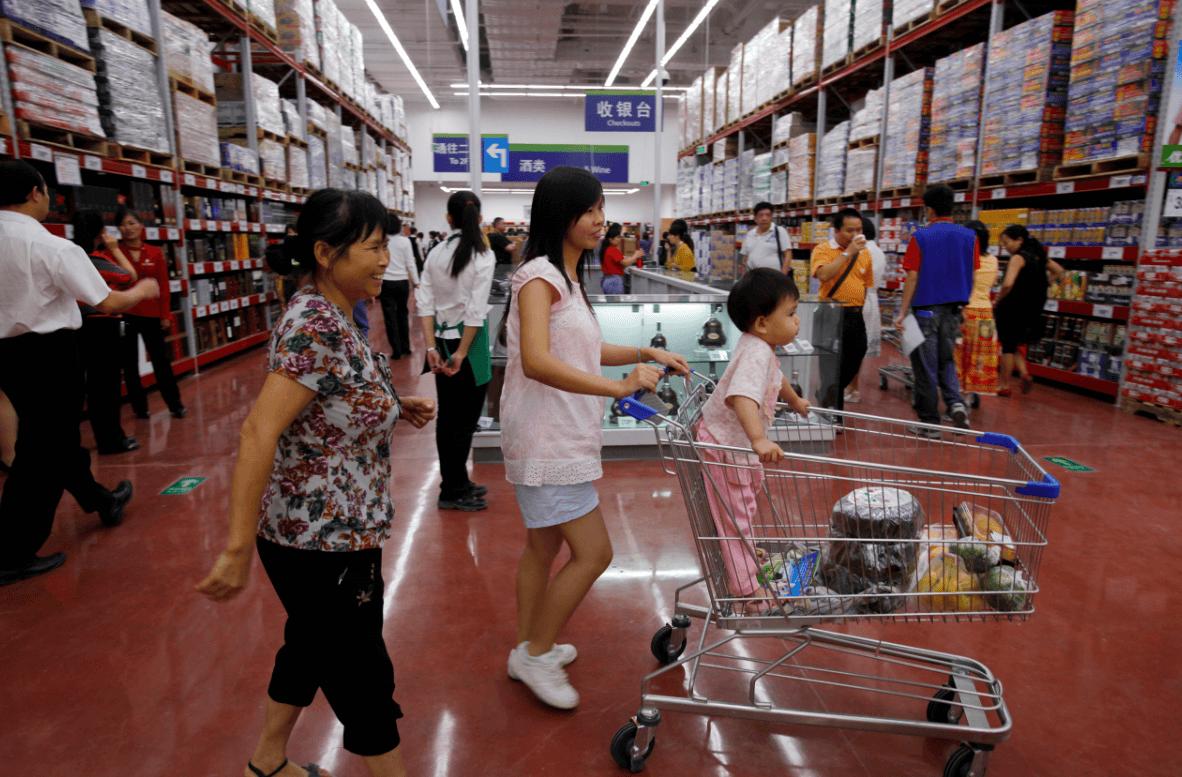 Gente comprando en supermercado en China