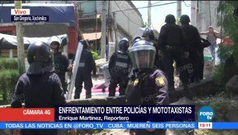 Tras operativo, policías y mototaxistas se enfrentan en Xochimilco