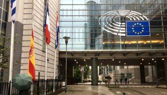 banderas ondean media asta parlamento europeo