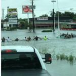 Cadena humana para salvar a anciano en Houston