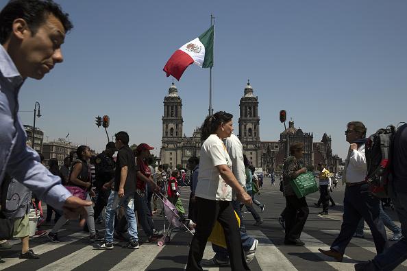 Gente cruza semáforo en la Plaza de la Constitución