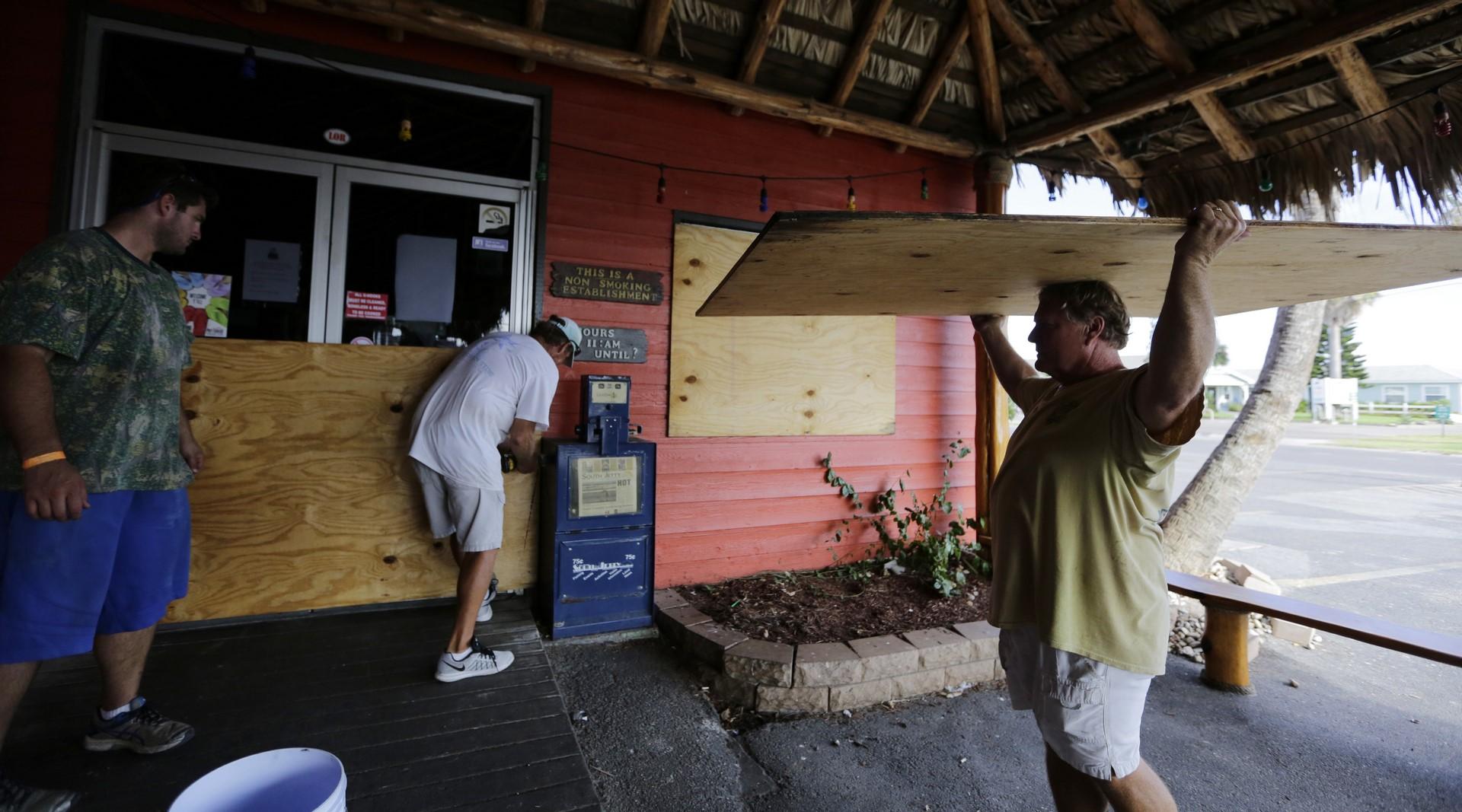 Habitantes de Texas se preparan para el impacto del huracán Harvey'