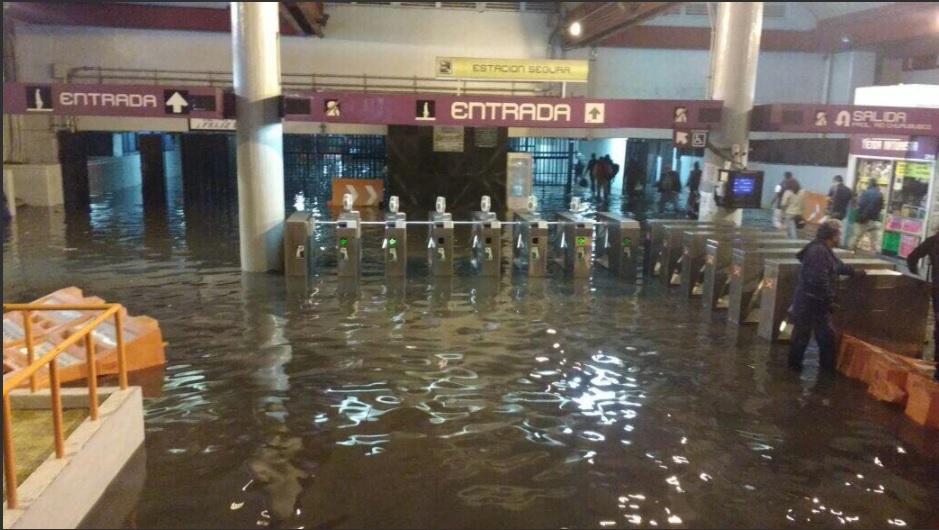 Estaciones del metro permanecen bajo el agua por lluvias