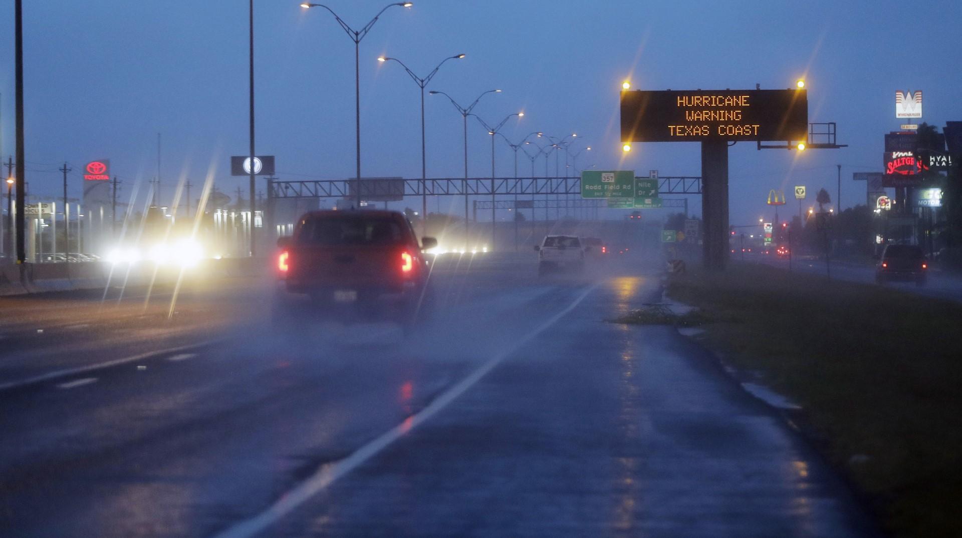 Miles de personas salen de Texas por Harvey