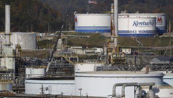 Tanques de almacenamiento en refinería de Kentucky, EU