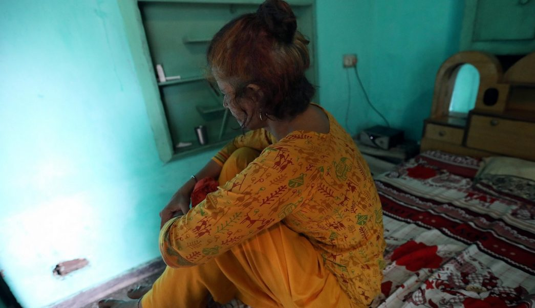 Mujeres india temen brujeria con cabello