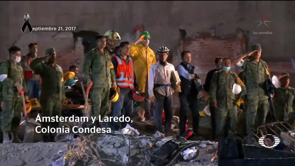 Cantan Himno Nacional sobre los escombros