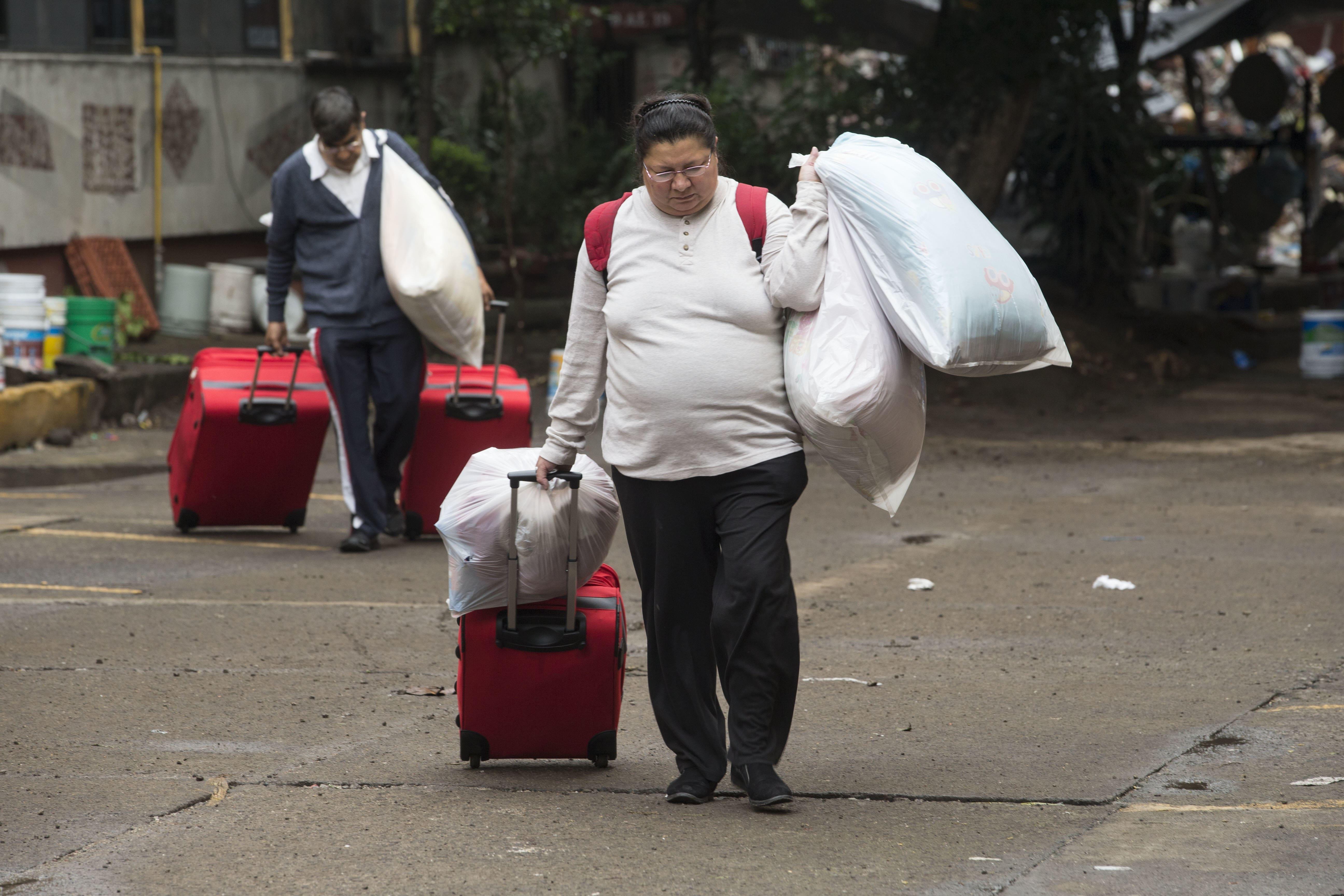 Mujer desalojada tras sismo