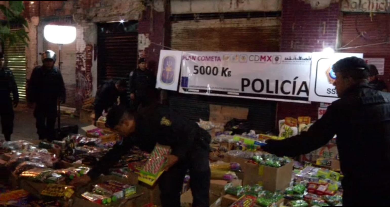 Policias de la CDMX decomisan cohetes en el centro