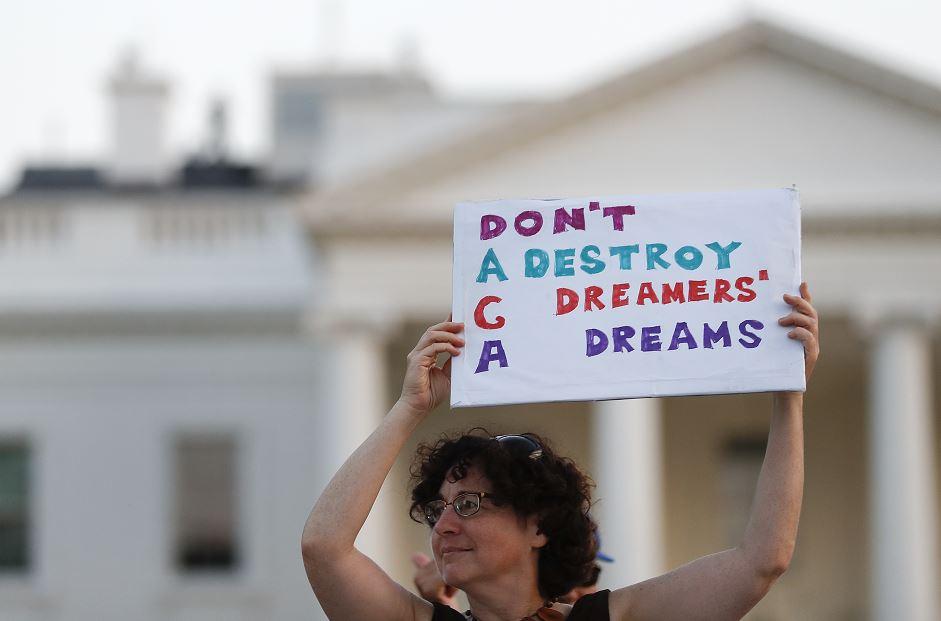 democratas aprueban iniciativa santuario california proteger migrantes